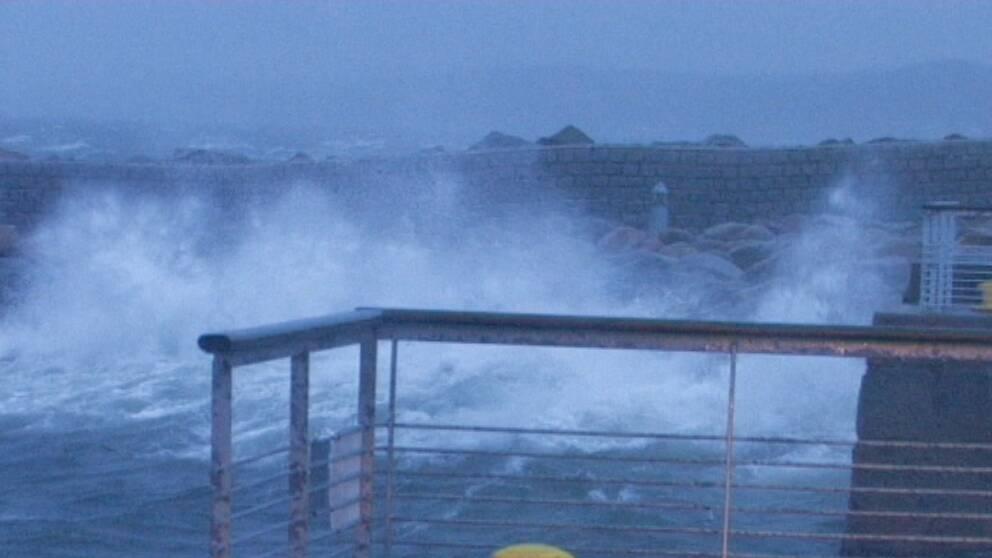 Höga vågor i Helsingborg den 3 januari när stormen Emil var på väg in över landet.