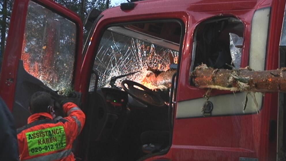 De två personerna i denna lastbil hade änglavakt när de åkte rakt in i ett nerblåst träd utanför Jönköping den 4 januari.