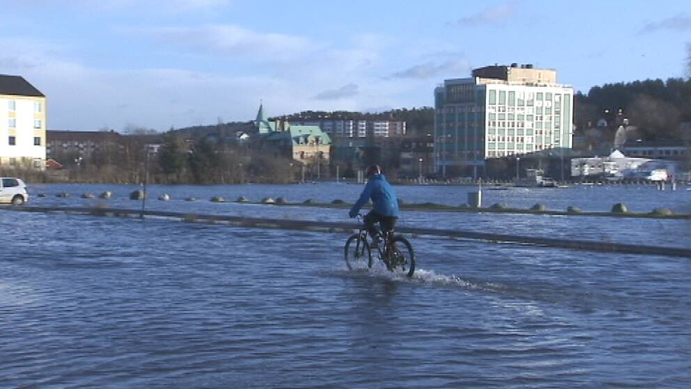 Högt havsvattenstånd, höga flöden och översvämningar följde i Emils spår, som här i centrala Uddevalla den 4 januari.