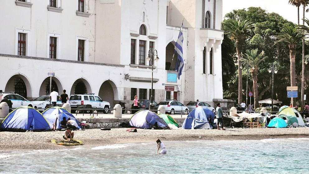 Forsta batarna med flyktingar lamnade grekland