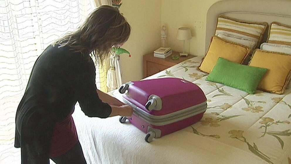 Tina Matias packar väskan för att resa till Angola