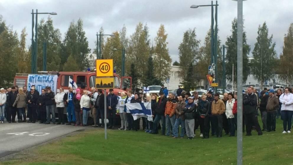 Ett hundratal demonstrerade mot flyktingar vid gränsen i Torneå.