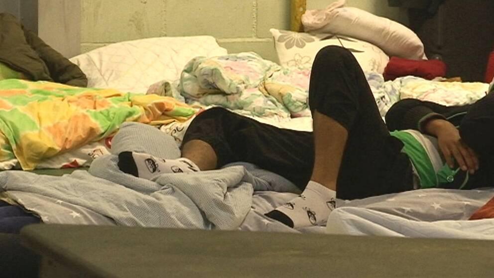 Ensamkommande flyktingbarn på säng