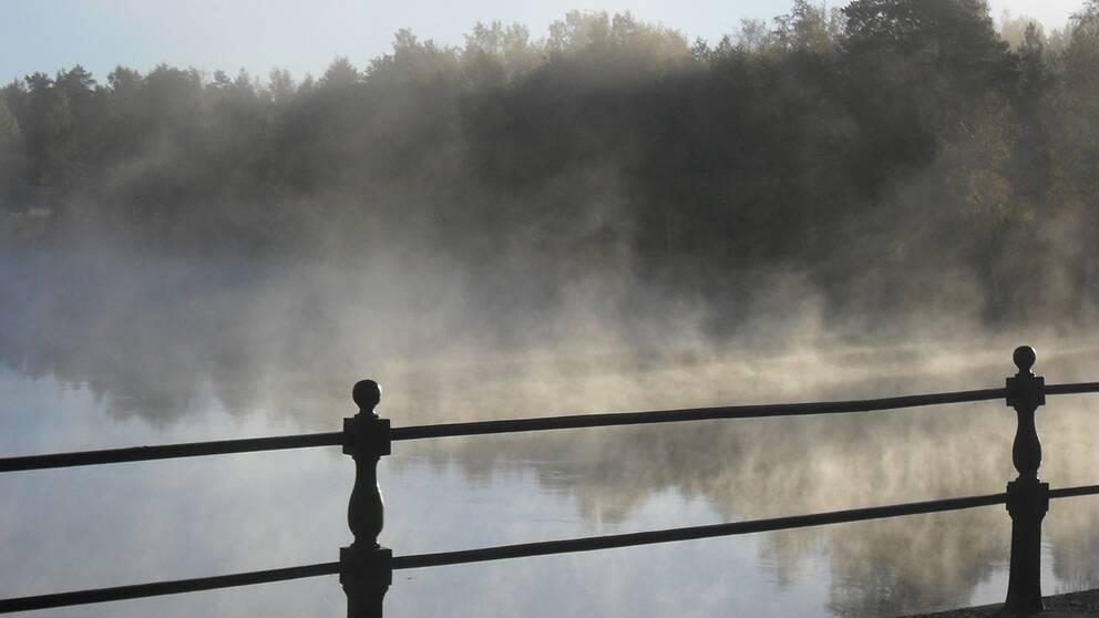 Sjörök vid 1700-tals bron över Letälven i Åtorp, gränsälven mellan Värmland och Närke. 20150928. kl. 08:15