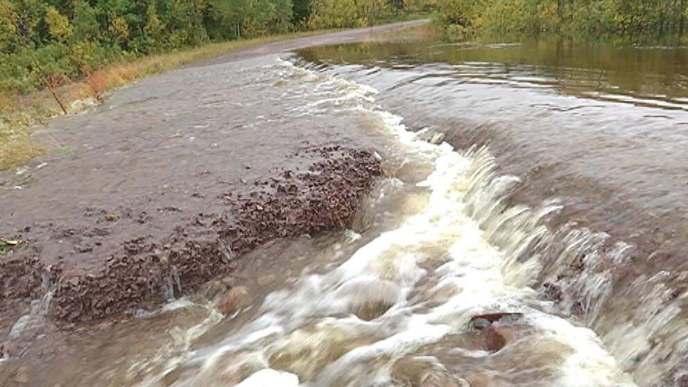 Allt regn i månadens mitt gick hårt åt en del fjällvägar i norra Dalarna.