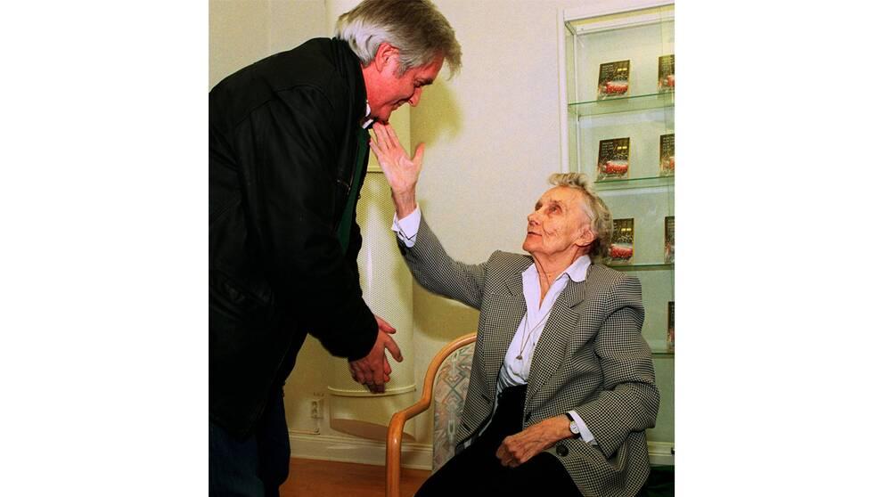 1996: Henning Mankell får en klapp på kinden efter att ha tilldelats Astrid Lindgren-priset.