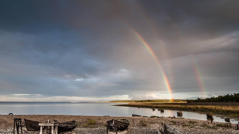 Primär och sekundär regnbåge samt en reflekterad primär regnbåge.
