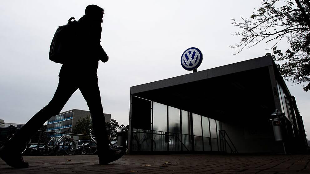 Anställd utanför Volkswagens huvudkontor i Wolfsburg