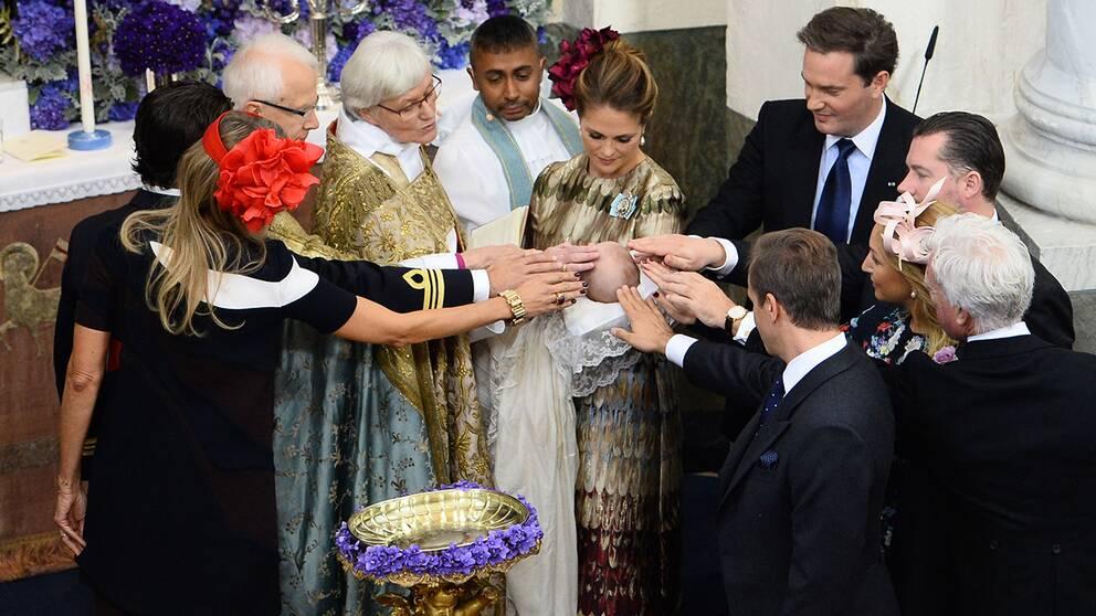 Faddrarna välsignar prins Nicolas.