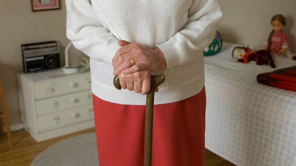 Käpp är ett av flera hjälpmedel som den som behöver nu måste bekosta själv.