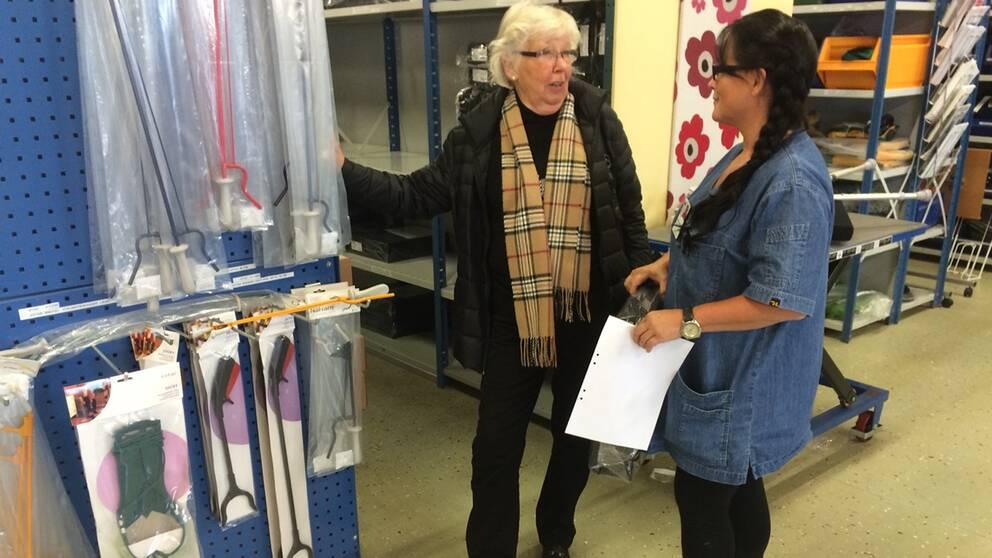 Kerstin Gadd-Karlsson guidas runt av hjälpmedelsassistenten Carina Stork som visar vilka produkter som vårdtagaren själv ska betala för.