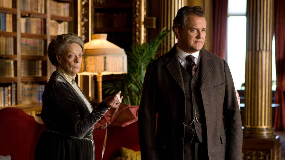 Mor och son. Maggie Smith och Hugh Bonneville spelar violet och Robertr Crawley i Downton Abbey.