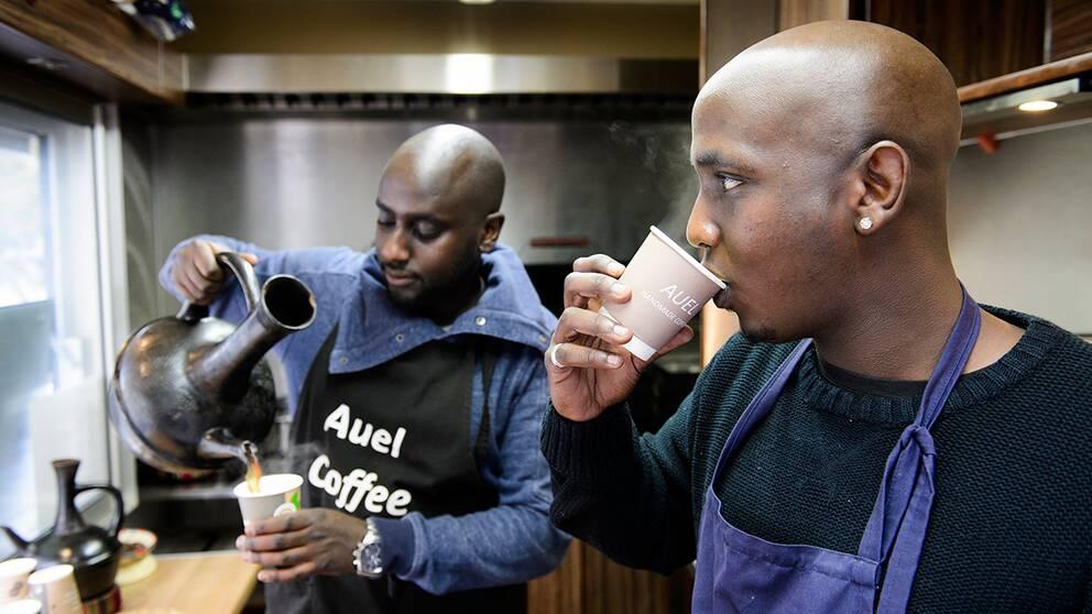 Samson och Samuel Berhane serverar kaffe gjort på etiopiskt vis. Bönorna rostas över öppen eld, mals och bryggs sedan i speciella lerkrukor enligt en tvåtusen år gammal sed.