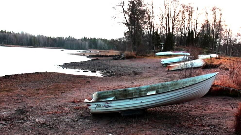 Sjön tappar mycket volym när kraftverken släpper ut vatten, något som påverkar livet både i och runt vattnet.