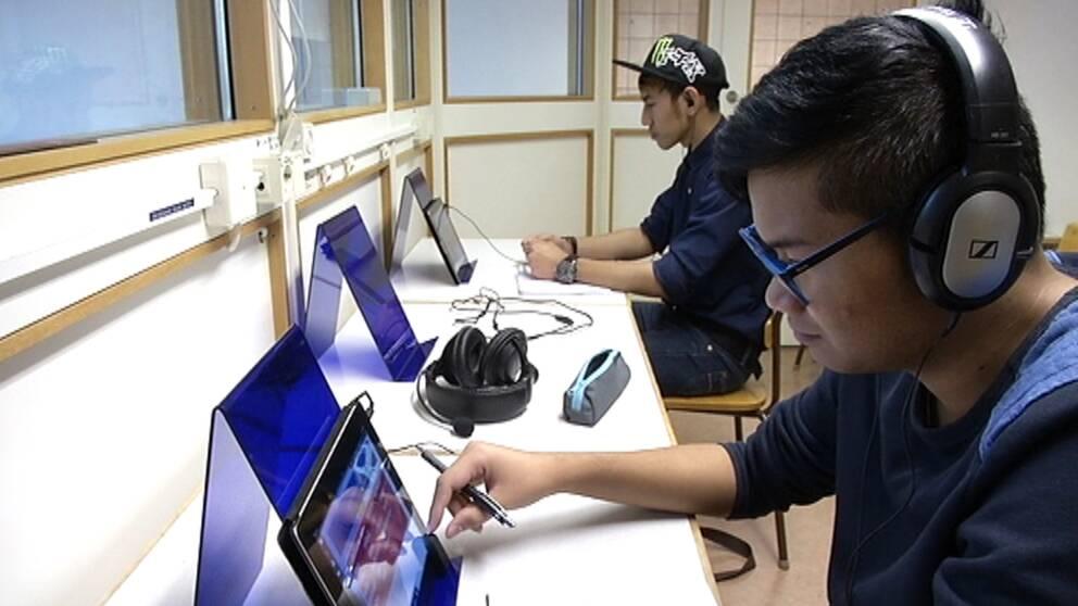 """Lärare i hemspråk saknas – istället får eleverna lära sig thailänska med fjärrundervisning trots att det är olagligt. """"Det skulle ju vara lättare om läraren fanns här"""", säger Supanat på Ådalsskolan i Kramfors kommun."""