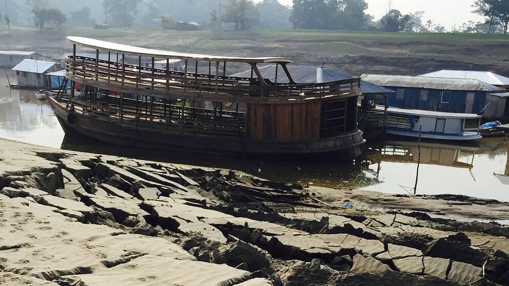 Båtar ligger strandade och hela byar isoleras när de livsviktiga vattenvägarna är torrlagda.