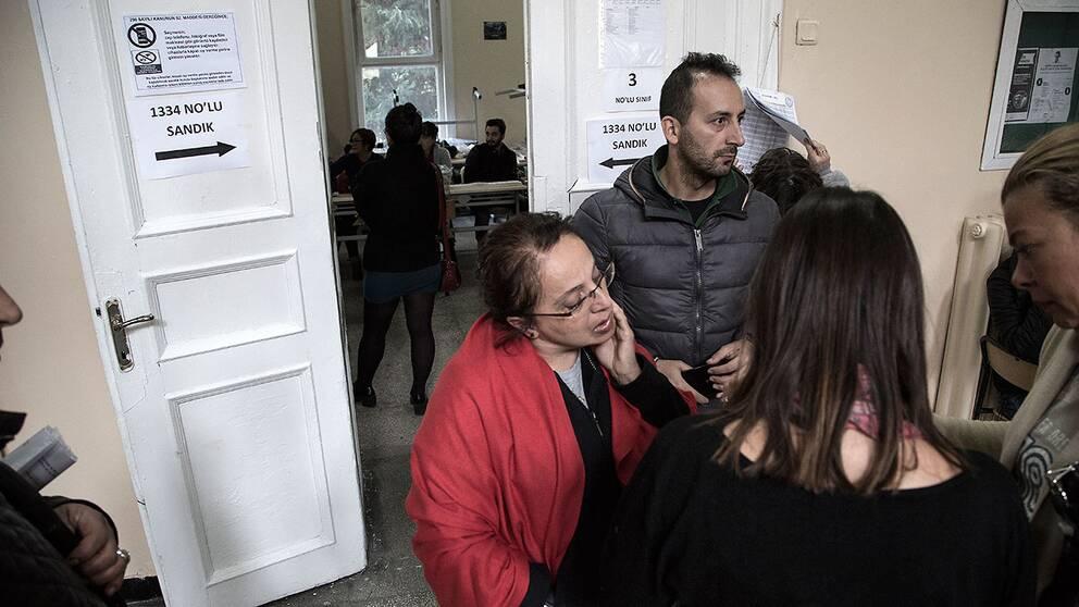 Människor väntar utanför en vallokal i Istanbul på att få lägga sin röst.