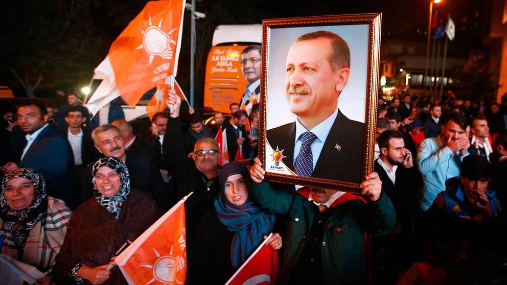 AKP-anhängare firar segern i Istanbul.