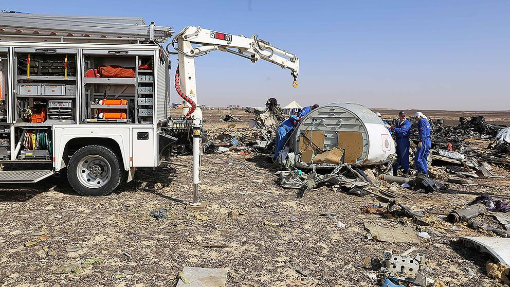 Ryska experter vid vraket av passagerarplanet som störtade i Sinaiöknen i Egypten.