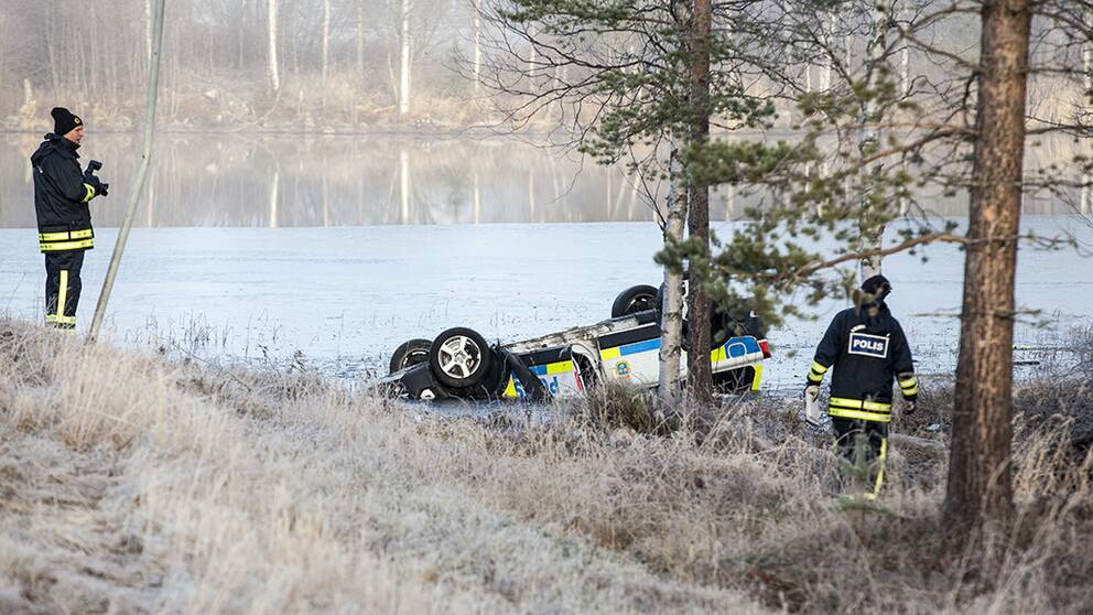 En polis omkom och ytterligare en polis skadades allvarligt i samband med en biljakt som slutade i Fredrika, i Västerbotten.