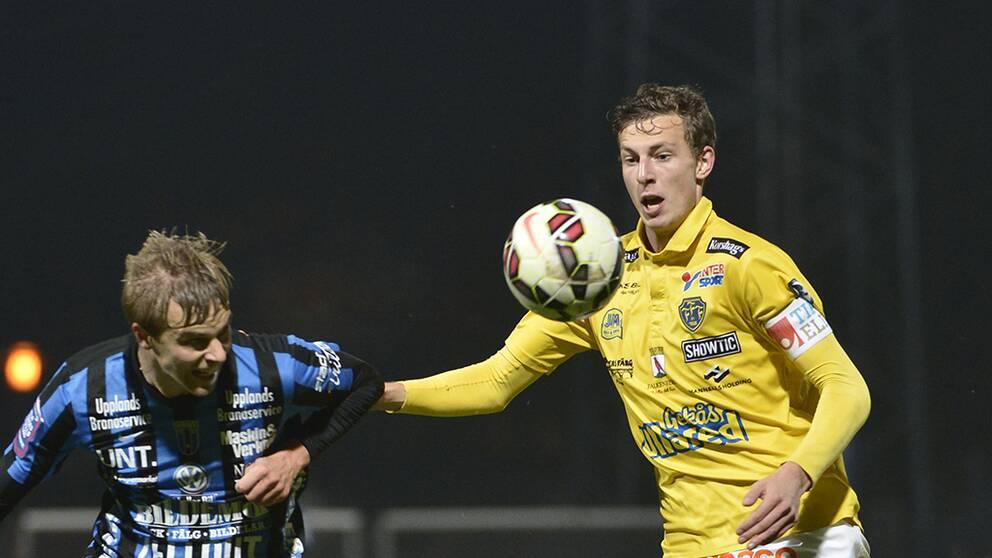 Sirius Christer Gustafsson och Falkenbergs FF:s Gustaf Nilsson under en fotbollsmatch