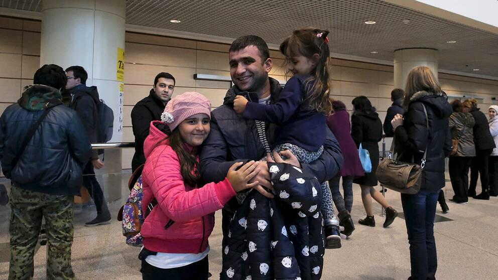 En pappa möter sina döttrar på Domodedovo-flygplatsen utanför Moskva efter att de flygits hem från Egypten.