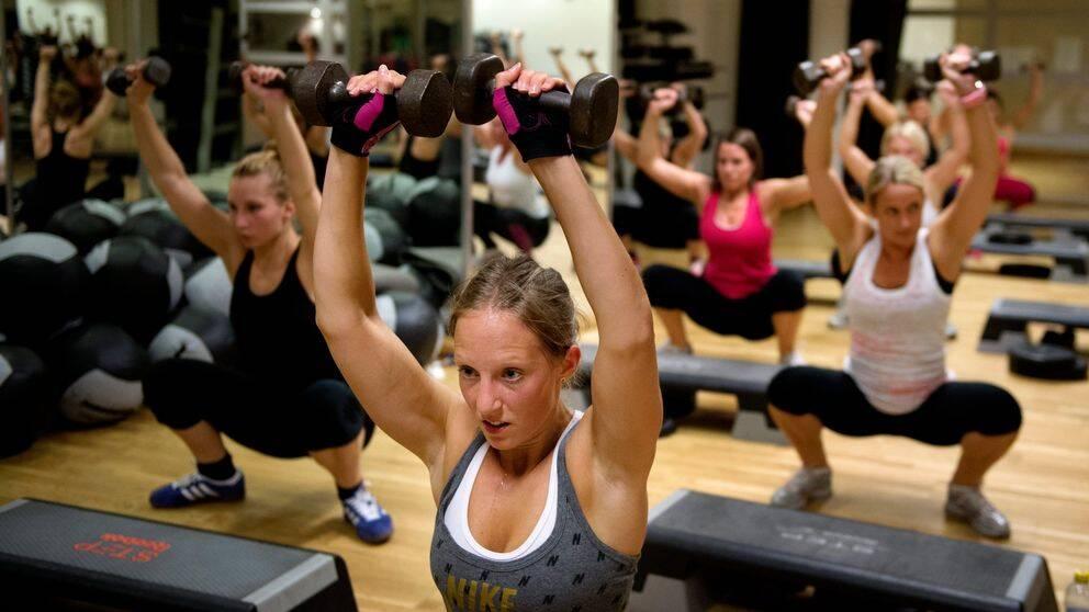 Personer som tränar på gym.