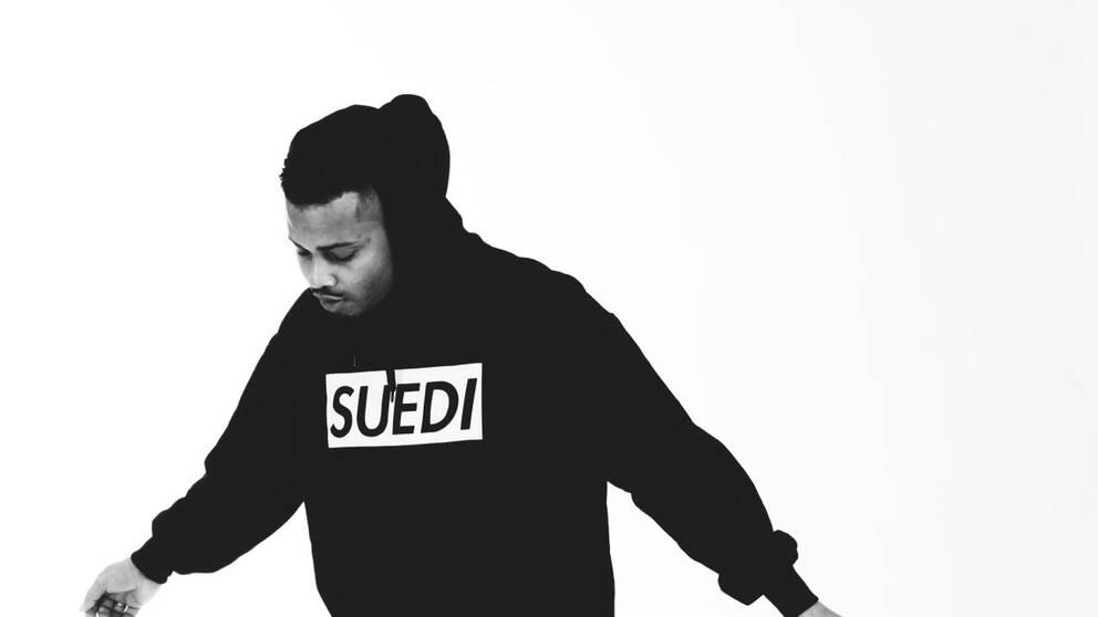 """Suedi, namnet på Erik Lundins nya platta, betyder """"svensk"""" på arabiska. Ett ord som varken Erik Lundin eller hans vänner med rötter i många olika länder ville associeras med."""