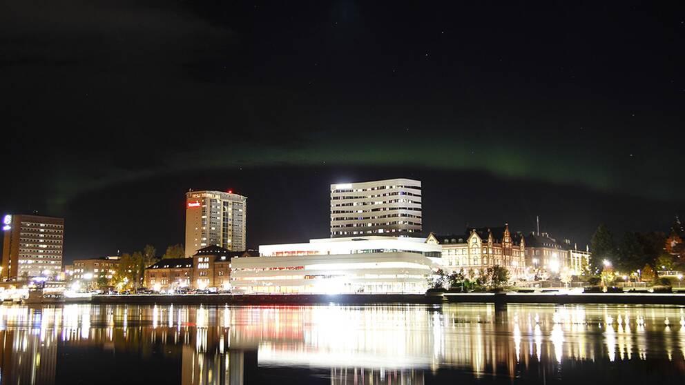 Kulturväven och Umeå centrum i lite norrsken.