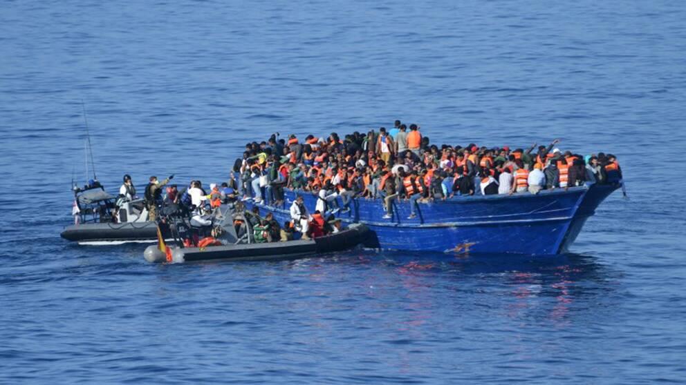 Flyktingbåt utanför Libyens kust