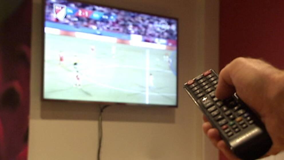 Fjärrkontroll och tv.