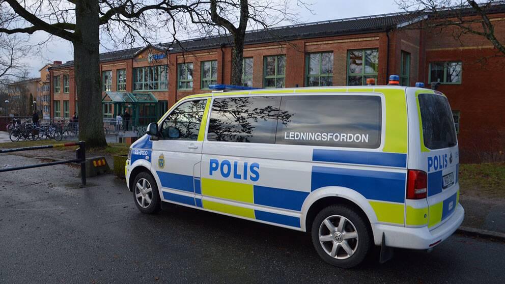 Polisbil utanför Mellringeskolan i Örebro