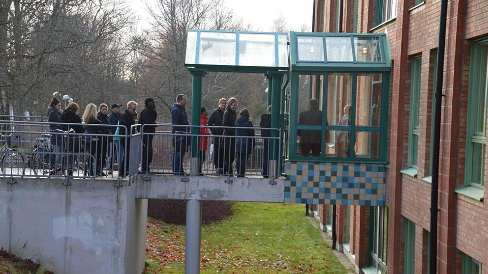 Under förmiddagen köade föräldrar utanför Mellringeskolan för att få hämta hem sina barn.