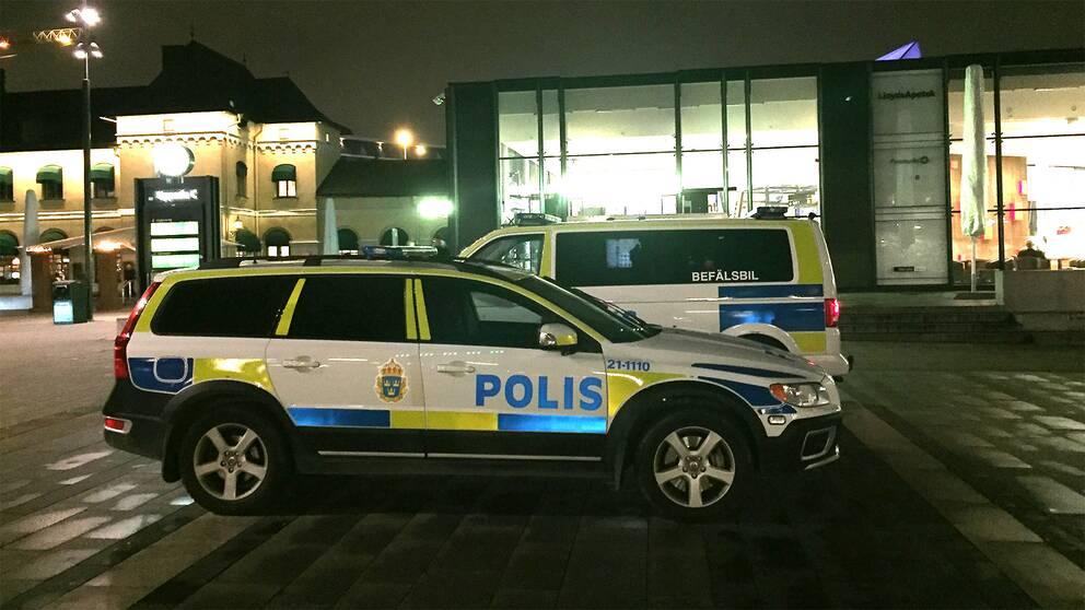 Utposterade polisbilar i centrala Uppsala.