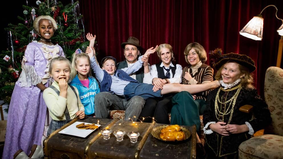 Erik Haag, Karin af Klintberg och Lotta Lundgren i soffan tillsammans med barnskådespelarna.