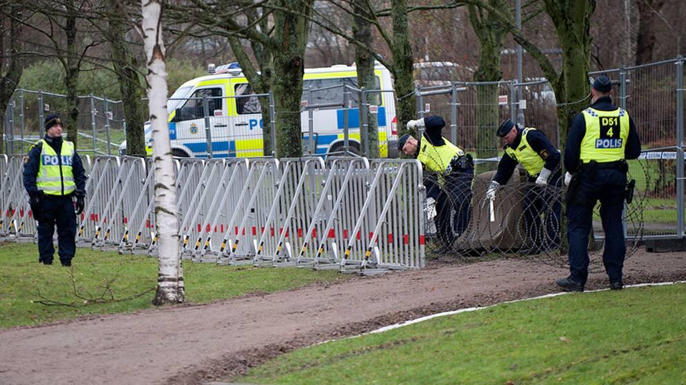 Taggtråd rullas ut för att stoppa demonstranter