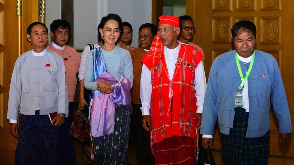 Aung San Suu Kyi och andra ledare för hennes parti NLD
