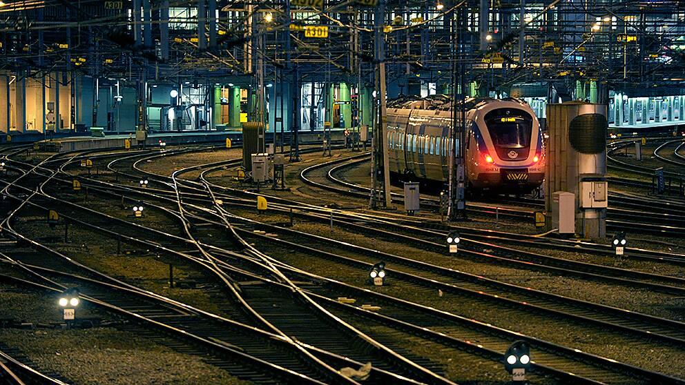 Ett signalfel söder om Stockholms central orsakade tågstopp och förseningar under större delen av torsdagen.