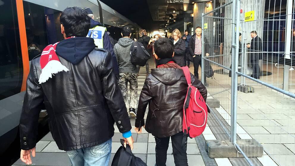 Ensamkommande flyktingbarn anländer till Hyllie station i Malmö. Under årets första elva månader anvisades nästan 27000 ensamkommande barn och ungdomar till kommunerna