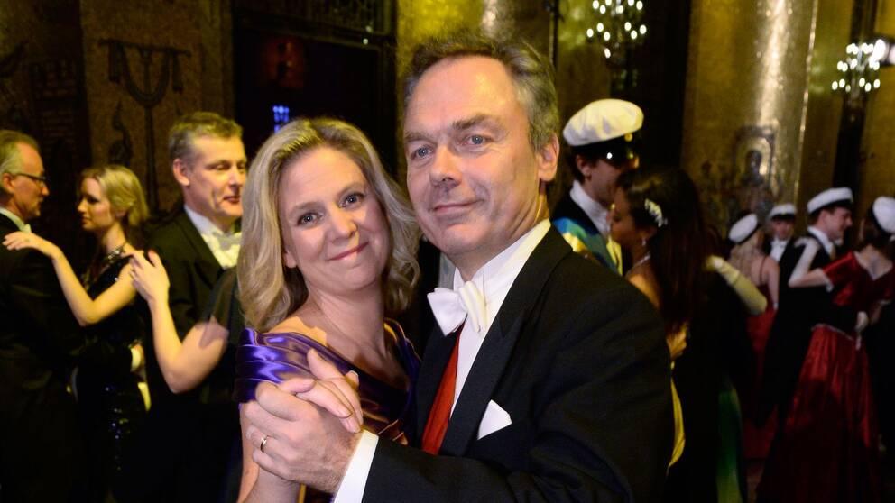 Finansminister Magdalena Andersson (S), dansar med Liberalernas ledare Jan Björklund i Gyllene salen 2014.