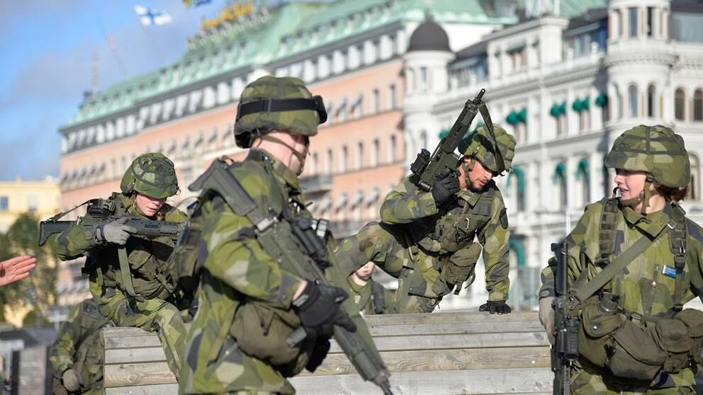 Soldater från Livgardet övar i centrala Stockholm.