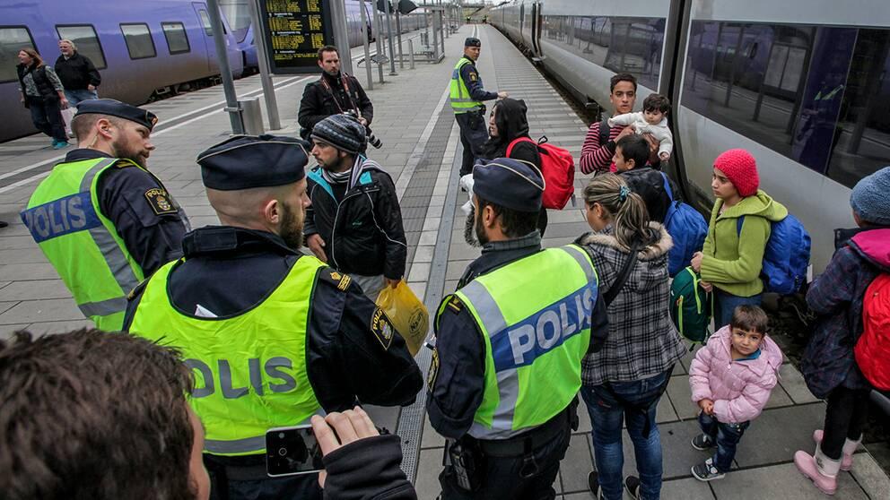 I Sverige ska id-kontrollerna på tåg och bussar på väg till Skåne införas den 4 januari.