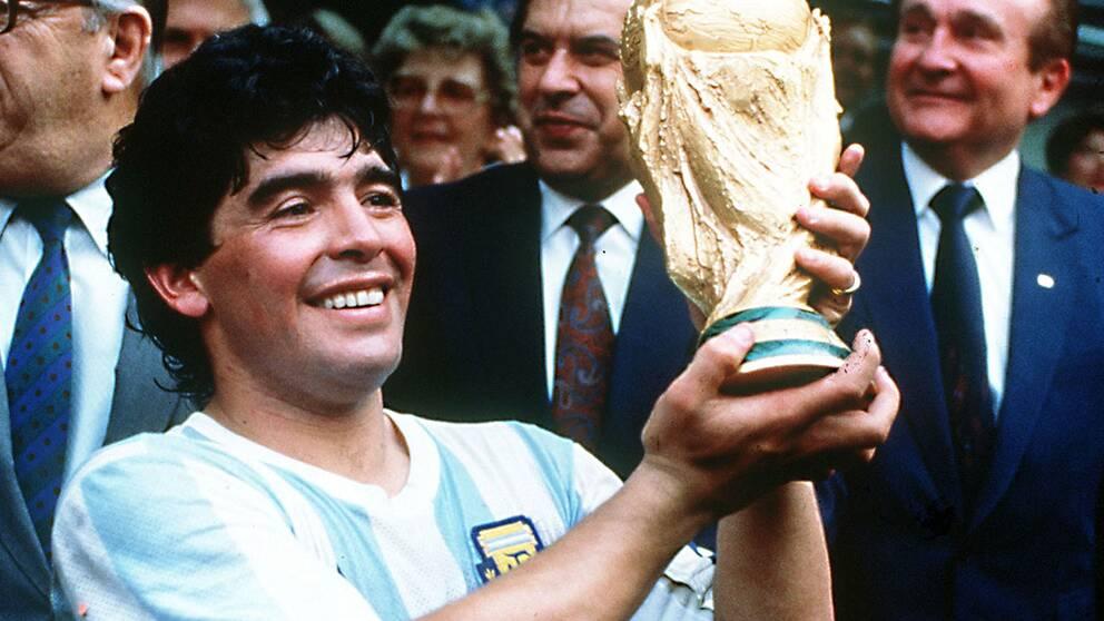 Diego Maradona med bucklan efter Argentinas guldseger i Mexiko-VM.