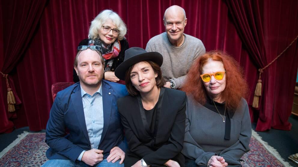 Marika Lagerkrantz och Stefan Sauk. Nederst från vänster: Morgan Alling, Amanda Ooms och Claire Wikholm.