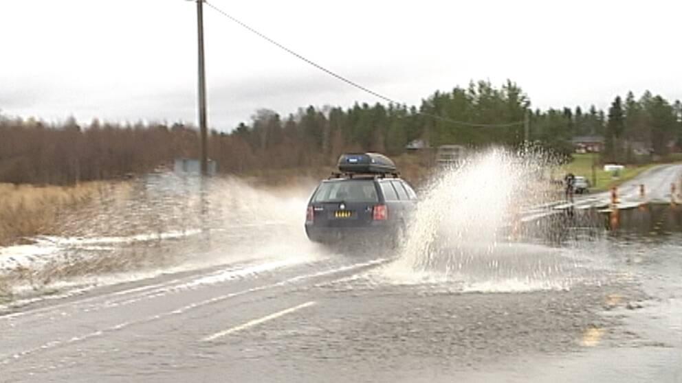 Flera vägar i Norrbotten svämmades över när regnet vräkte ner i början av oktober. Så här såg det ut utanför Boden den 8 oktober.