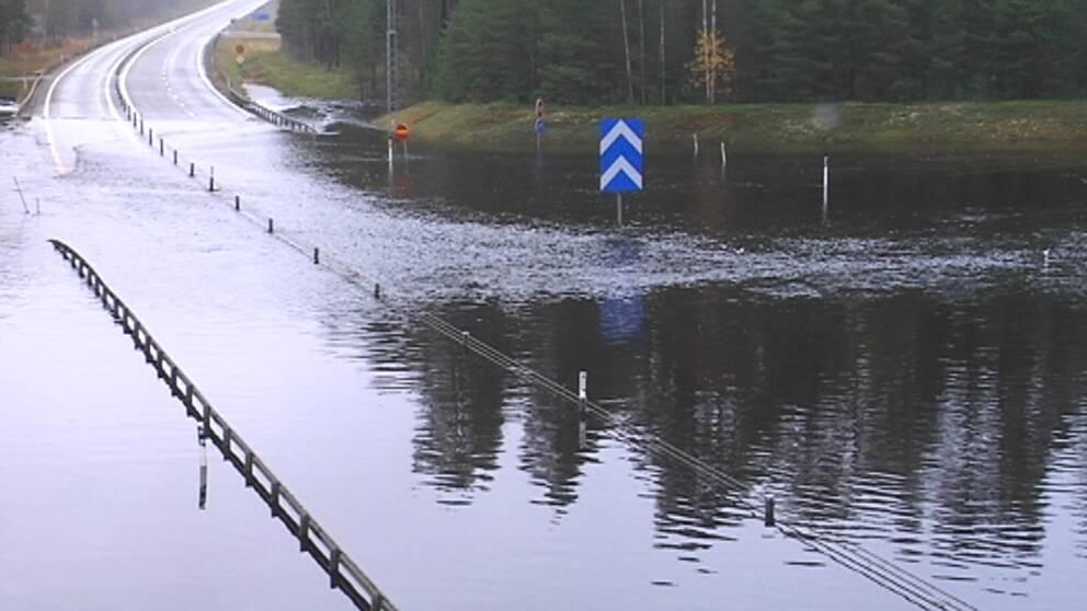 Nära meterdjupt vatten på E4:an vid Byske norr om Skellefteå i Norrbotten den 8 oktober.