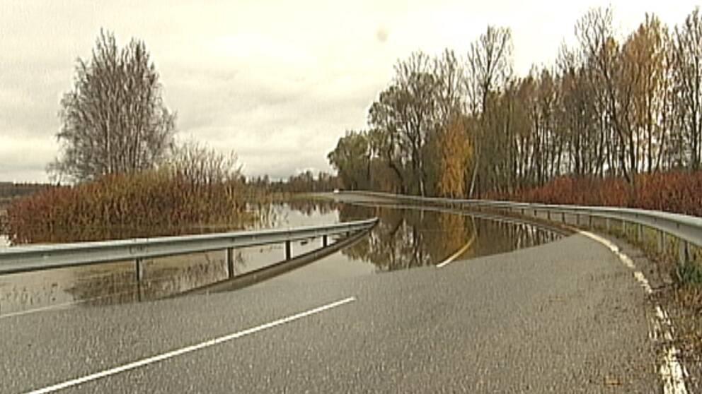 Översvämning på länsväg 830 mellan Kvinnersta och Dyltabruk norr om Örebro den 21 oktober.
