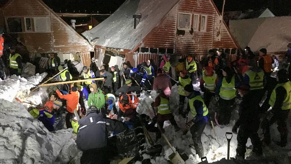 Räddningspersonal söker efter människor efter att ett snöras träffat tio hus i Longyearbyen på Svalbard.