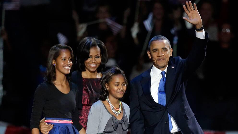 President Obama tillsammans med frun Michelle och döttrarna Malia och Sasha, på scen i Chicago.