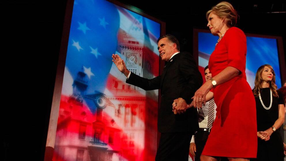 Republikanska Mitt Romney lämnar scenen med frun Ann.